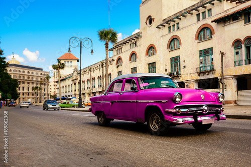 Foto  Rose old american classical car in road of old Havana (Cuba)