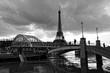 inondation de la Seine en noir et blanc à la passerelle Debily