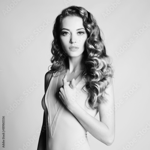 Foto op Plexiglas womenART Nude woman with elegant hairstyle on gray background