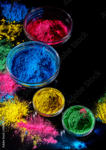 Photo  Indian Holi festival colours in four bowls on dark background