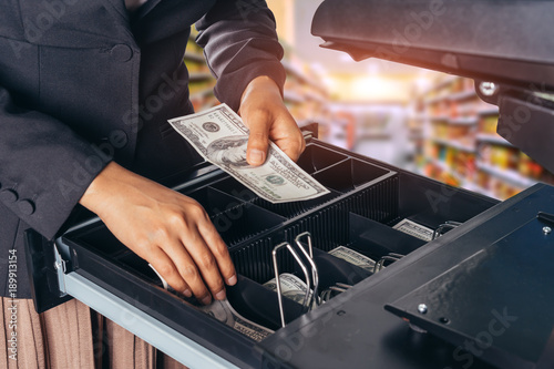 Fotomural Female hand with money in supermarket shop