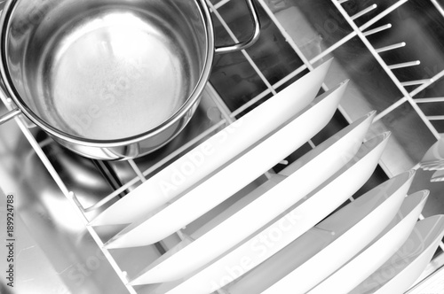 Foto clean dishes in the dishwasher