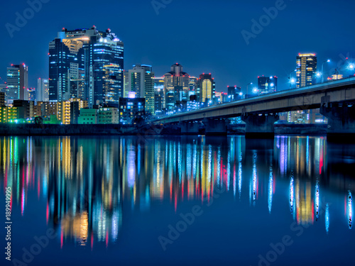 Fototapeta premium Miejski wgląd nocy Yodogawa i miasta Osaka, budynek Umeda Sky Building