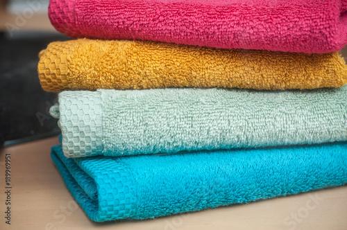 Fotografie, Obraz  serviettes de toilette empilées en vitrine