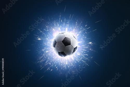 Piłka nożna. Piłka nożna tło z ogniem iskry w akcji na czarno. Piłka nożna
