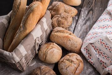 Chleb i bułki na drewnianym tle