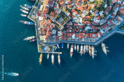 Vue aerienne Aerial view of boats, yahts, floating ship and beautiful architecture at sunset in Marmaris, Turkey. Landscape with boats in marina bay, sea, buildings in city. Top view of harbor with sailboat.