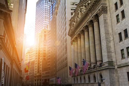 Plakat Światło słoneczne świeci na historycznych budynkach dzielnicy finansowej na dolnym Manhattanie w pobliżu Nowego Jorku w pobliżu Wall Street
