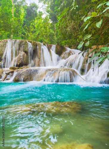 In de dag Groene koraal Tat Sae Waterfalls. Beautiful landscape. Laos.