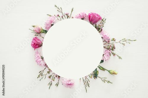 Fotografía  Top view of beautiful flowers arrangement on white wooden background