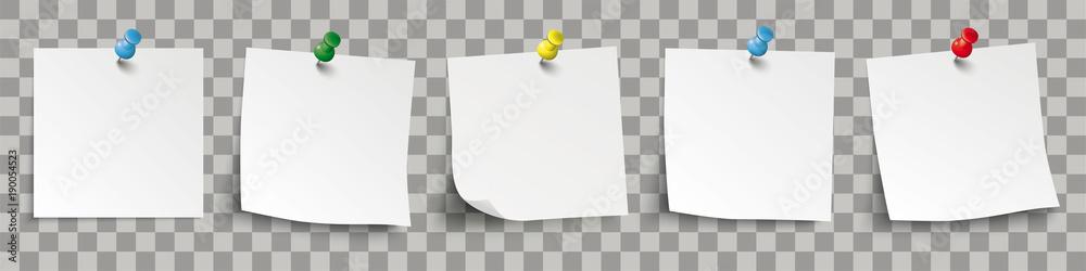 Fototapeta 5 weisse Klebezettel mit bunten Pins und durchsichtigen Schattierungen
