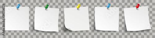 Photo 5 weisse Klebezettel mit bunten Pins und durchsichtigen Schattierungen