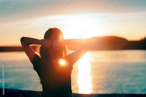 Happy Hopeful Woman Looking at the Sunset by the Sea Fototapete