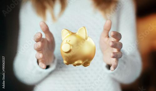 Photo Mani con porcellino salvadanaio dorato, protezione economica