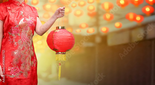 Photo  woman holding chinese new year lanterns in china town