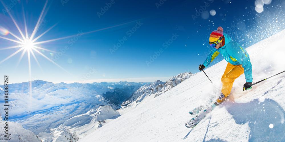 Fotografía  Skier on piste running downhill in beautiful Alpine landscape