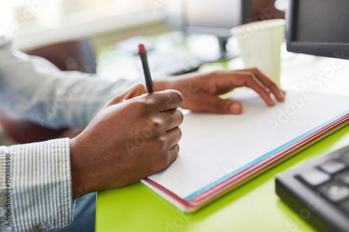 Foto  Schüler schreibt einen Test in der Schule