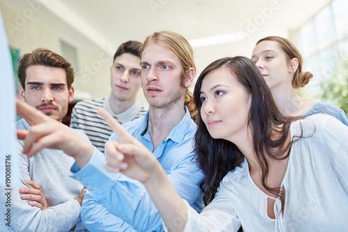 Leinwand Poster  Studenten schauen auf Ergebnisse der Prüfung