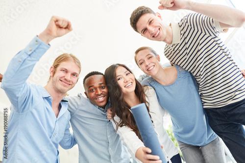 Foto  Studenten jubeln über erfolgreichen Abschluss