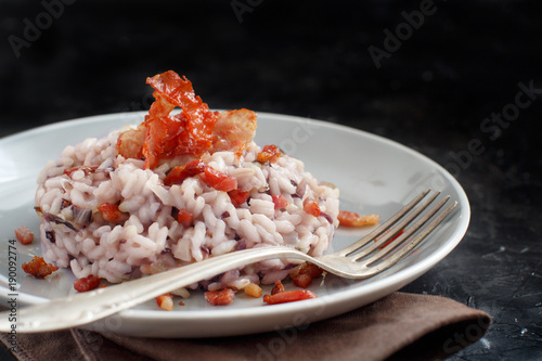 Risotto with red radicchio and crispy bacon (speck)