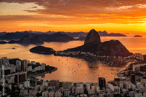 Photo sur Toile Rio de Janeiro Beautiful Warm Sunrise in Rio de Janeiro With the Sugarloaf Mountain Silhouette