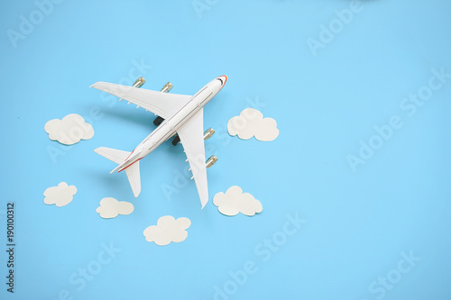 Türaufkleber Flugzeug Flat lay design of travel concept with plane and cloud on blue background with copy space.