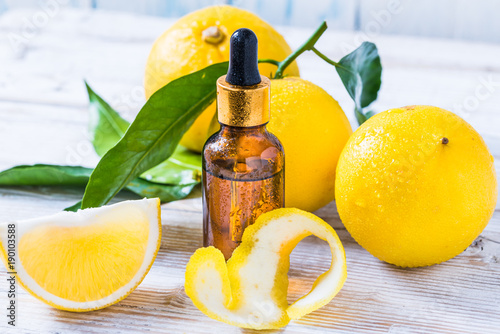 Photo Citrus bergamot fruit essential oil, aromatherapy or natural organic beauty cosmetic oil