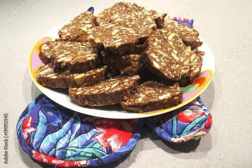 Fotografie, Obraz  tradizionale dolce italiano salame di cioccolato a fette