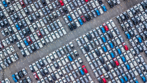 widok-z-lotu-ptaka-nowe-samochody-ustawione-w-porcie-w-celu-importu-i-eksportu-widok-z-gory-nowych-samochodow-ustawionych-na-zewnatrz-fabryki-samochodow-do-importu-i-eksportu