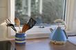 Utensilien auf der Arbeitsplatte in der Küche