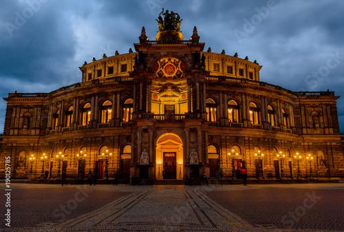 Papiers peints Opera, Theatre Beleuchtete Semperoper vor einem dramatischen Himmel