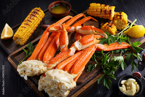 Photo Crab legs served with melted butter