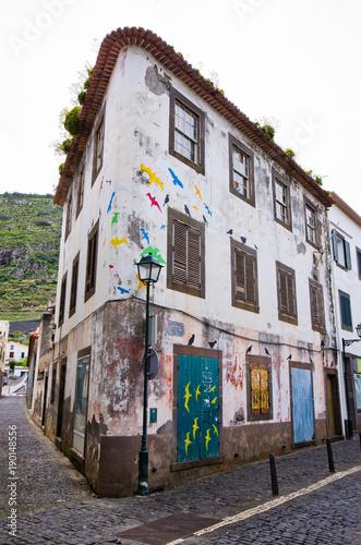 In de dag Havana Old building in Machico town, Madeira island