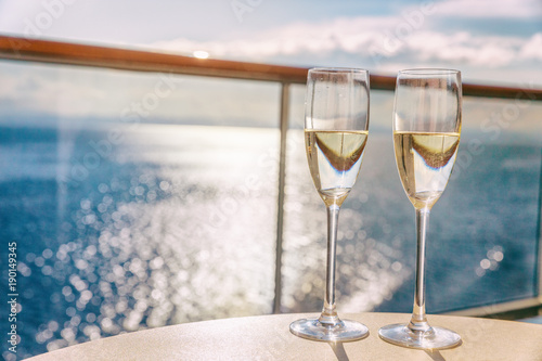 Fotografia  Luxury cruise ship travel champagne glasses on balcony deck with ocean sunset view on Caribbean vacation