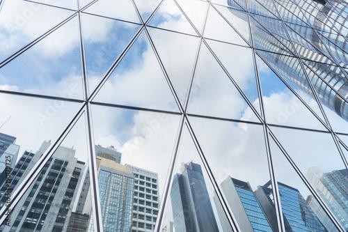 Papiers peints Batiment Urbain Reflection of urban skyline on modern office building