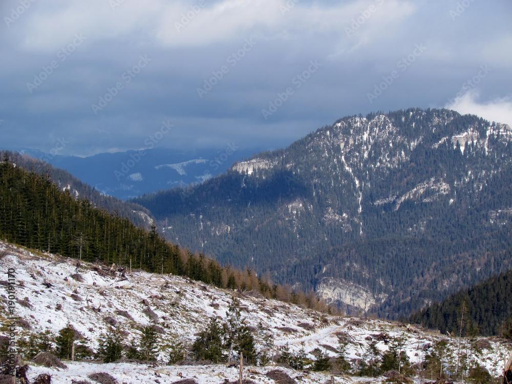krajobraz z niebieskim niebem i górami