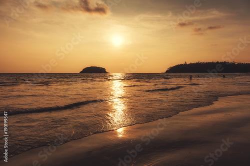 Foto op Aluminium Strand coucher de soleil sur une plage en thailande