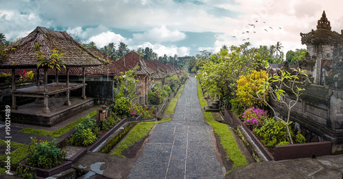 Photo Penglipuran is a traditional balinese village at Bangli Regency with Bale Bengong for meeting (pavilion) and straight street