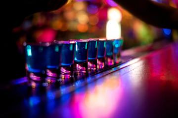 Alkohol bar, čaša za koktel na šanku, čaša za koktel u baru, koktel za piće u baru, koktel u čaši sa slamkama, koktel svježeg pića na pozadini u boji
