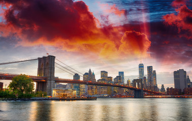 Fototapeta Mosty Manhattan skyline and Brooklyn Bridge view from Brooklyn Bridge Park at sunset, New York City