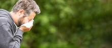 Mann Mit Heuschnupfen Muss In Taschentuch Niesen