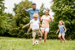 Leinwandbild Motiv Familie spielt Fußball in der Freizeit