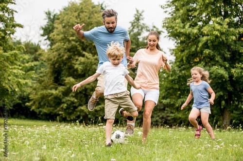 Fotografía  Familie spielt Fußball in der Freizeit