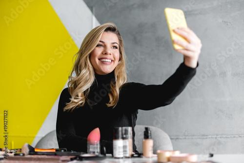 Fotografía Beautiful woman making selfie