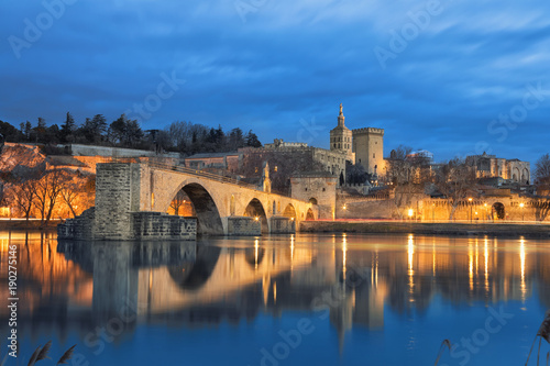 Papiers peints Ponts View on Pont d'Avignon 12th century bridge and city skyline reflecting in water at dusk in Avignon, Provence, France
