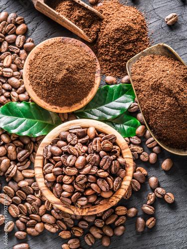 piec-kawowe-fasole-i-zmielona-kawa-na-drewnianym-stole