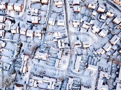 widok-na-pokryte-sniegiem-tradycyjne-przedmiescia-mieszkaniowe-w-anglii-snieg-lod-i-niekorzystne-warunki-pogodowe-sprawiaja-ze-na-osiedlach-na-przedmiesciach-wielkiej-brytanii-wszystko-jest-w-porzadku