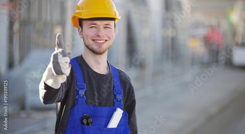 Valokuvatapetti Handwerker mit nettem Lachen auf einer Baustelle