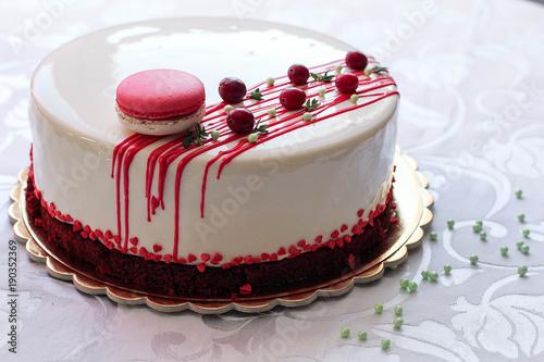 smaczne-biale-domowe-ciasto-ozdobione-czerwonymi
