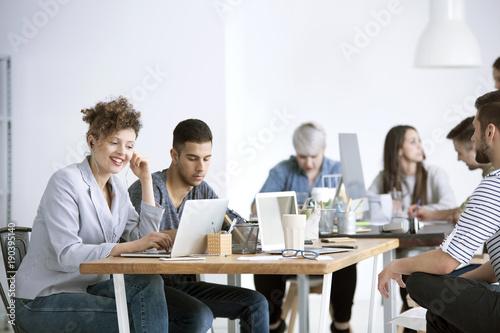 Foto  Smiling businesswoman using laptop